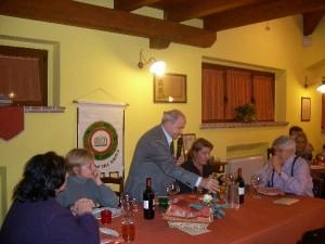 Gruppo di amici a cena in Agriturismo Fattoria Antica Forconia a L'Aquila