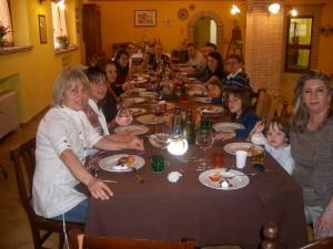 Tavolo di ospiti della Fattoria Antica Forconia Agriturismo a L'Aquila