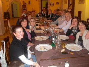 amici degustano piatti tradizionali Abruzzesi in Agriturismo a L'Aquila