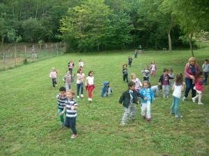 Bambini negli ampi spazi verdi dell'Agriturismo Fattoria Antica Forconia