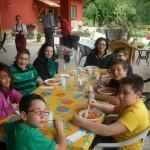 Immagine di un momento del pranzo durante la visita della Scuola Primaria di Ocre in visita alla Fattoria Antica Forconia