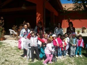 gruppo di bambini alla scoperta della Fattoria didattica Antica Forconia