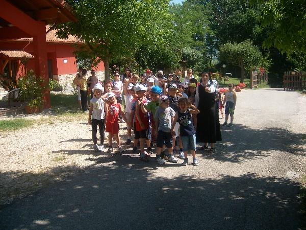 immagine dei ragazzi in visita guidata alla fattoria antica forconia dell'aquila che hanno visitato la fattoria didattica