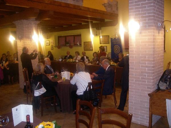 Momento del pranzo della International Inner Wheel all'Aquila, il passaggio del martelletto