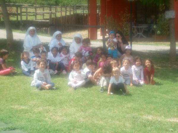 immagine dei bambini della scuola di san gregorio in visita alla fattoria didattica della Fattoria Antica Forconia