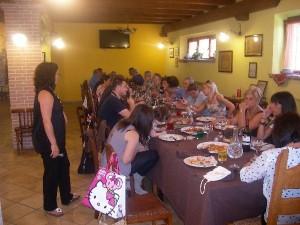 Gruppo di Amici a Mangiare in Fattoria Antica Forconia a L'Aquila
