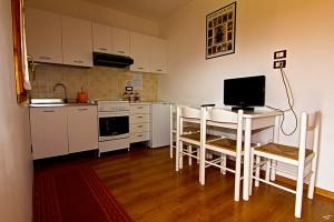cucina del bungalow da 3 persone della Fattoria Antica Forconia a L'Aquila