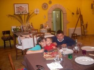 Una famiglia festeggia un compleanno in Agriturismo Fattoria Antica Forconia a L'Aquila