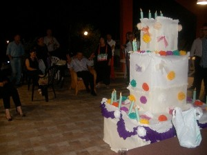 Torta finta di cartone per celebrare un compleanno a L'Aquila