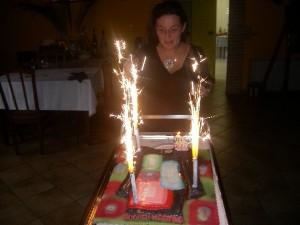 Festeggiamenti con torta di compleanno in Fattoria Antica Forconia