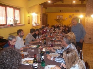 Tavolata di Amici con piatti della tradizione abruzzese in Agriturismo Fattoria Antica Forconia