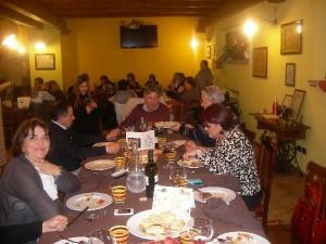 Stefano ed amici degustano piatti della tradizione abruzzese