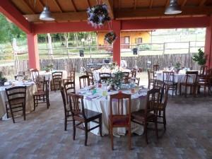 Tavoli pronti per un matrimonio in agriturismo vicino L'Aquila