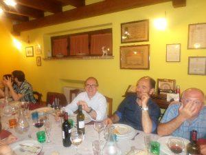 Amici a cena in Fattoria Antica Forconia a L'Aquila